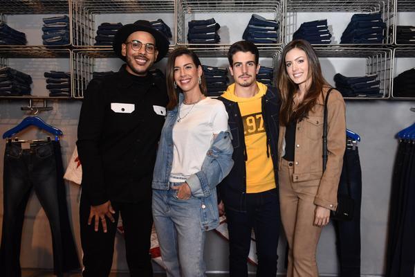 Hugo Gloss, Camila Coutinh, Enzo Celulari e Vic Grendene. Loja Calvin Klein 436e914945