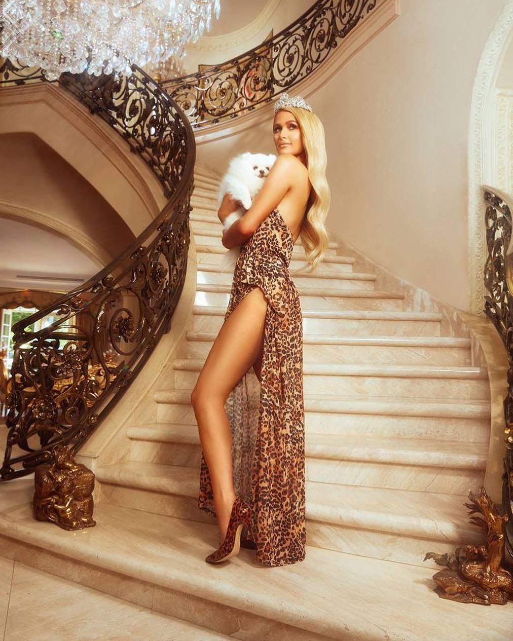 aeb695e1a Paris Hilton lança coleção de roupas inspirada em seu estilo no ...