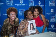 Sessão de autógrafos com Djamila Ribeiro  no Mundo Unifor