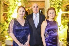 Paula e Sílvio Frota, com Renata Jereissati