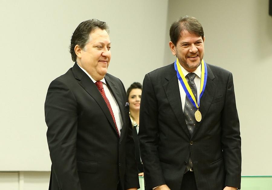 Cid Gomes é homenageado no TCE