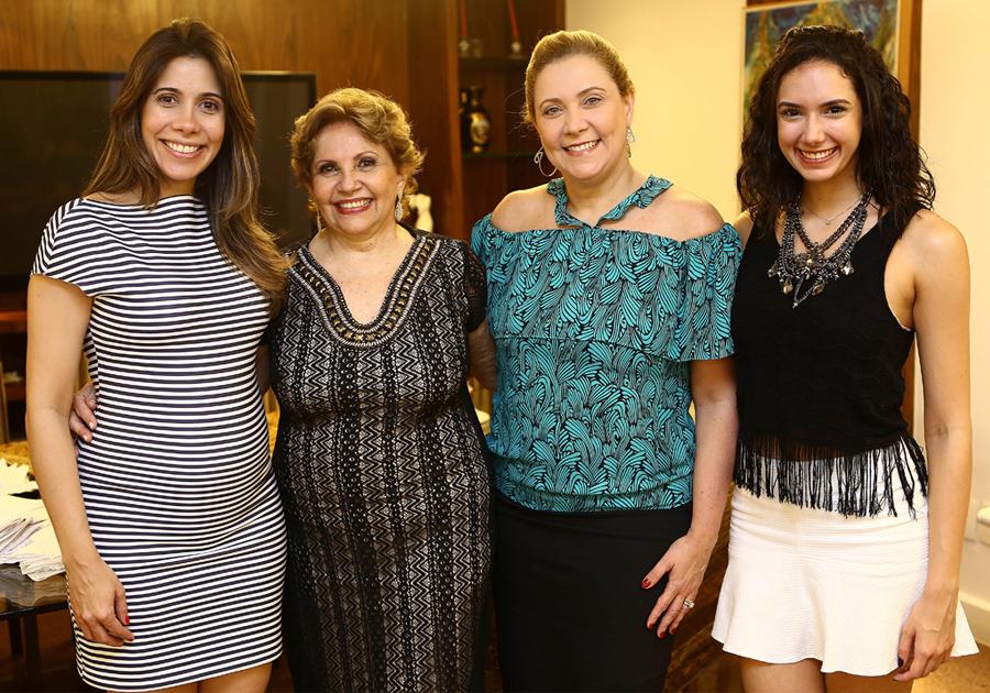 Ila Bezerra comemora aniversário rodeada de amigas