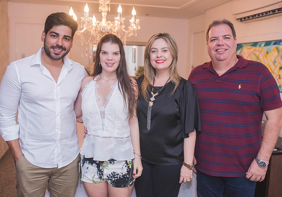 Comemorações no jantar do chef Leo Gondim na casa de Érika Girão