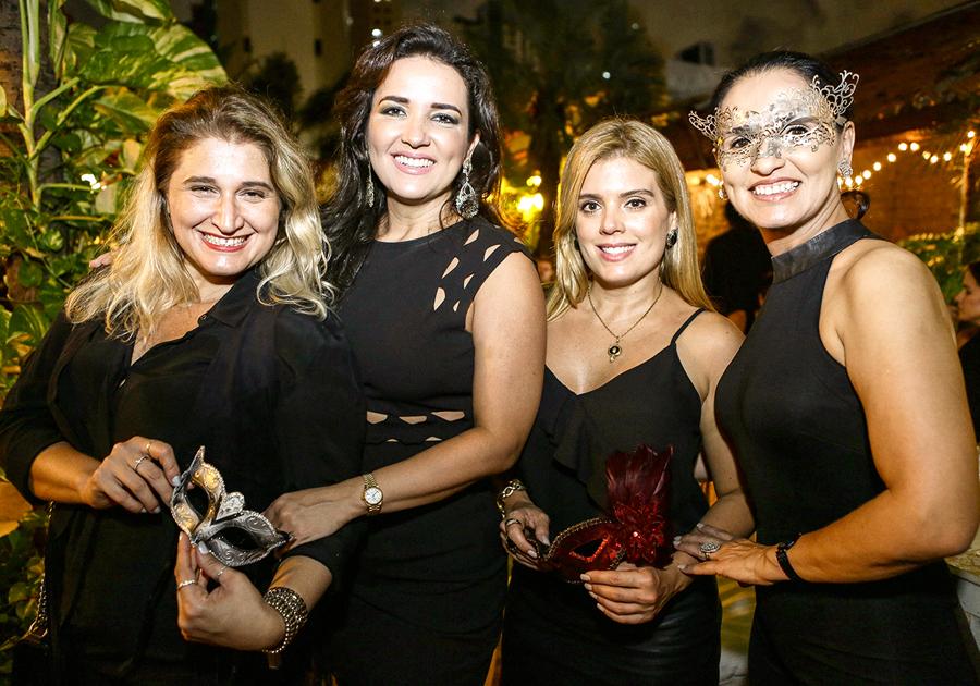 Vera Costa brinda aniversário de amigas em clima de Carnaval chique!