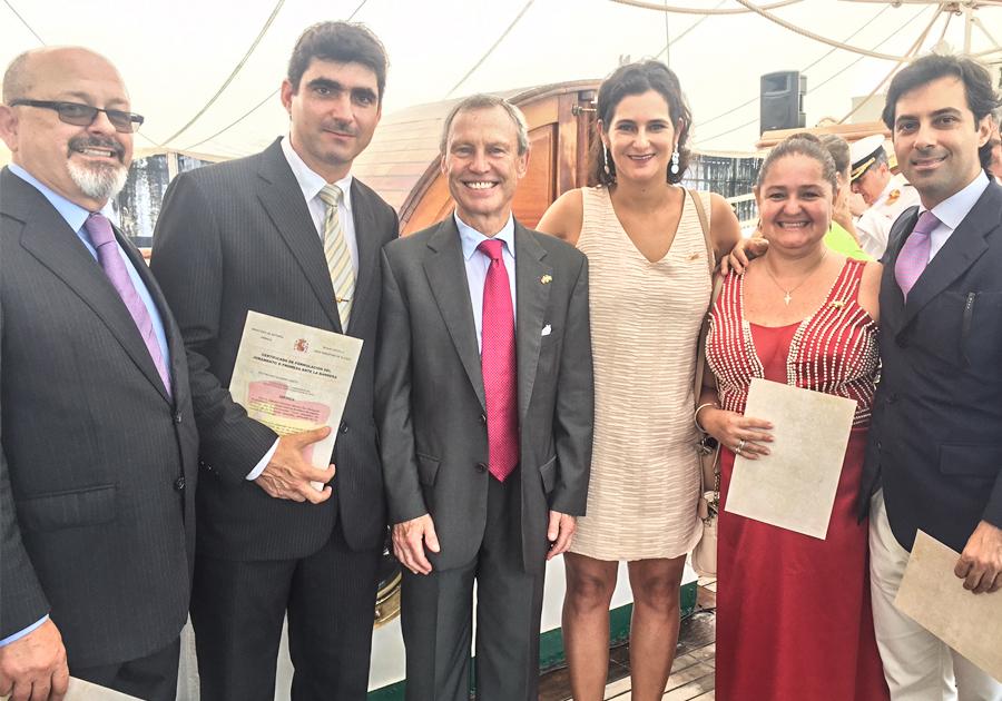 Agustín Herrero e Cecília Seligmann participam de juramento à bandeira espanhola