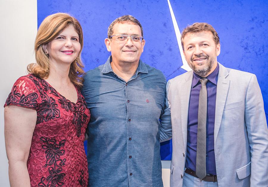 José Guedes reúne amigos na vernissage de sua nova exposição Fendas