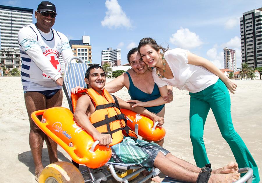 Praia Acessível recebe visita de 70 pessoas da Apae Maranguape