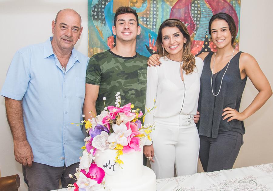Márcia Travessoni comemora aniversário com bênçãos e família reunida!