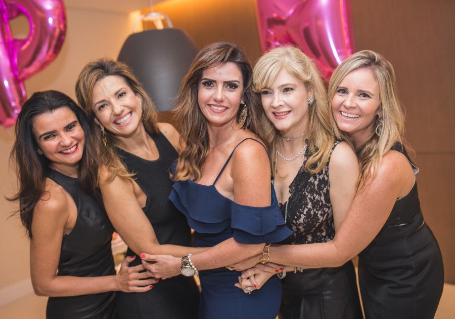 Patrícia Nogueira comemora aniversário com festa intimista