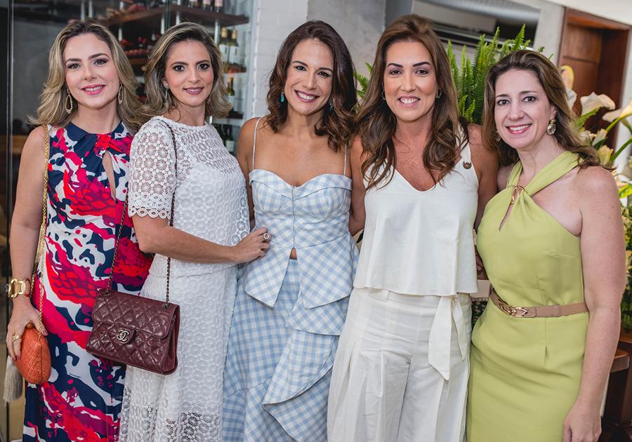 Ana Virgínia Martins celebra nova idade irradiando beleza e bom-humor no Moana