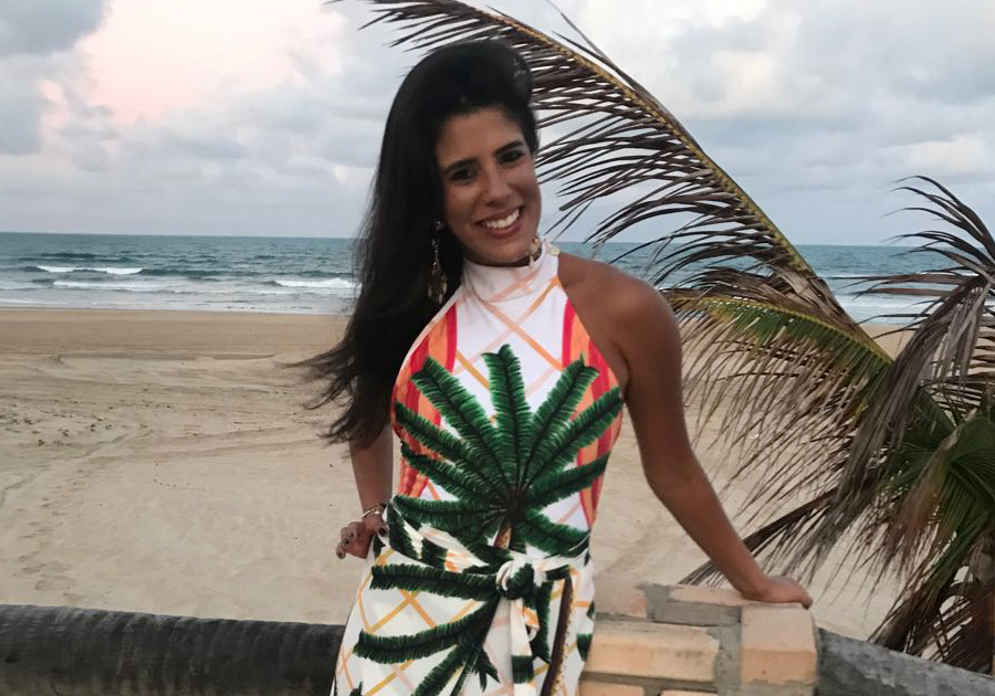 Marcela Pinto ganha agito em Flecheiras para comemorar nova idade   Olha os cliques!