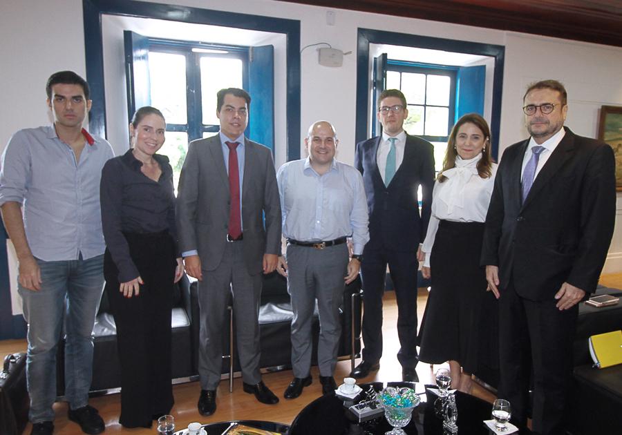 Roberto Cláudio discute gestão público-privada em encontro com cônsul britânico
