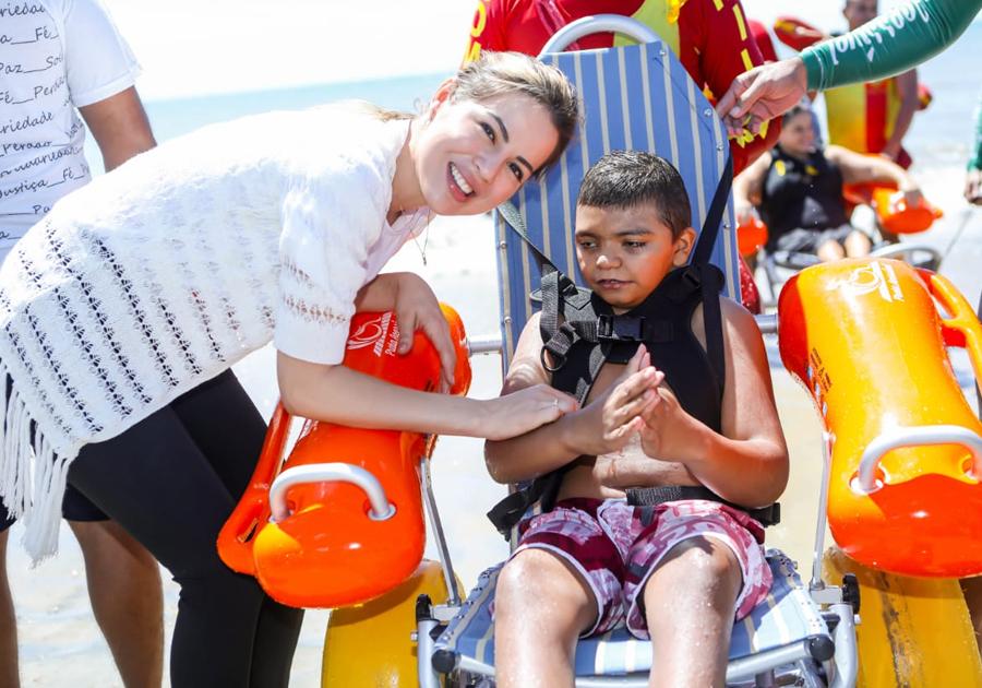 Onélia Santana participa da entrega da 2ª estação do Programa Praia Acessível no Cumbuco