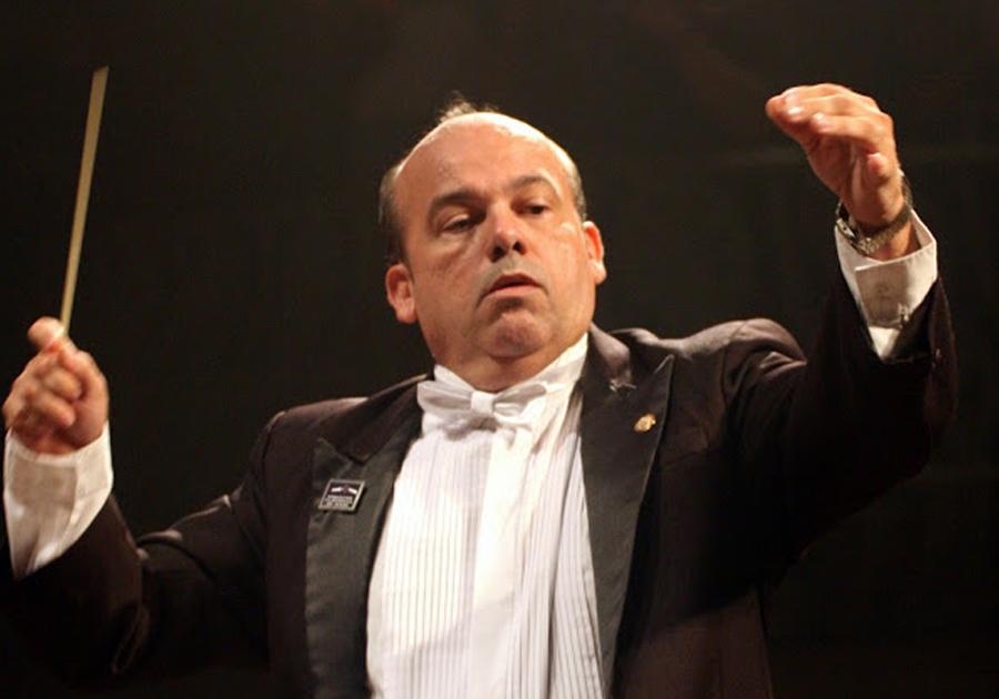 Maestro da Orquestra Filarmônica do Ceará homenageia as mamães no Shopping Benfica