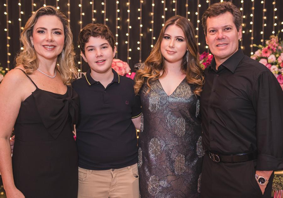 Marcela Dias Branco celebra 16 anos rodeada de amigos