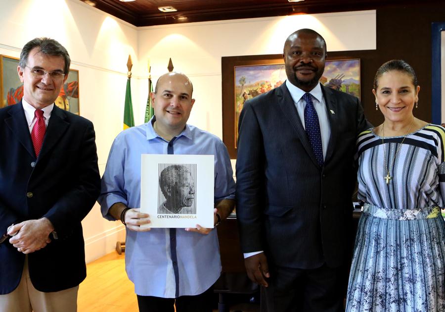 Roberto Cláudio e Patrícia Macedo recebem embaixador da África do Sul no Paço Municipal