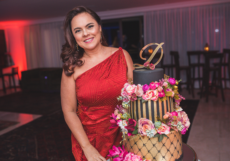 Denise Cavalcante transforma apartamento em boate para celebrar o aniversário