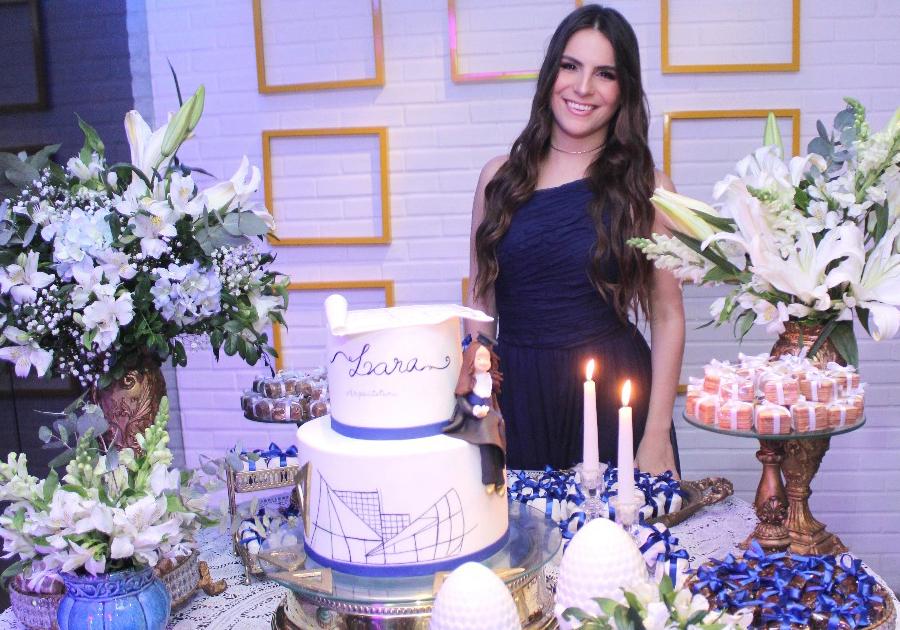 Lara Linhares ganha festa da família para celebrar sua formatura em arquitetura