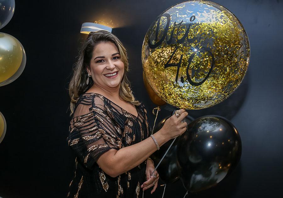 Adriana Mota é surpreendida com festa de aniversário organizada pela família