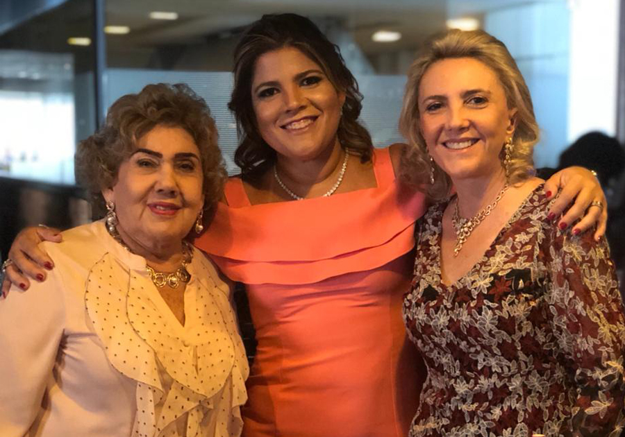Gisela Vieira é parabenizada pela família com festa no Oui Bistrô