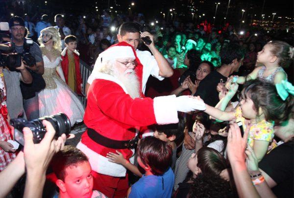 Com direito a show pirotécnico, Iguatemi abre programação natalina com chegada do Papai Noel