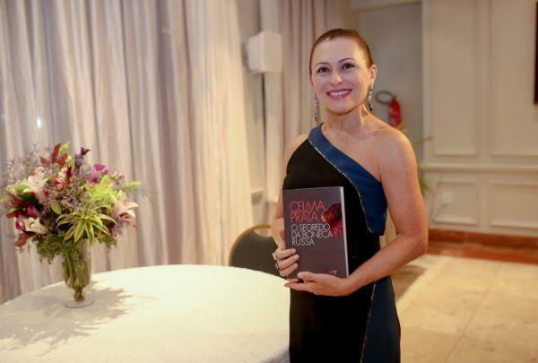 Celma Prata lança seu primeiro romance no Ideal Clube; veja fotos
