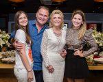 Gabriela da Escóssia se crisma e celebra com jantar para os familiares; confira imagens