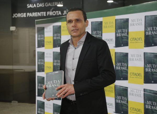 Eduardo Diogo lança livro que analisa as eleições norte-americanas de 2016; confira cobertura