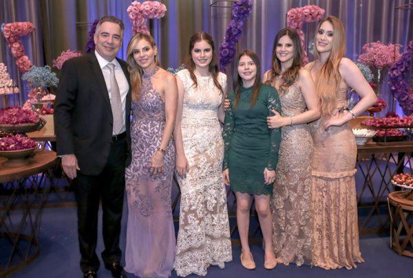 Com apresentação especial de Chris Leão, Manuela Arrais comemora 15 anos em grande estilo