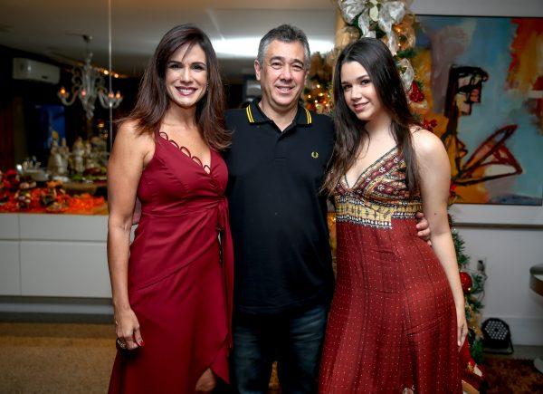 Ana Virgínia Martins reúne casais amigos para celebrar o Natal em sua casa