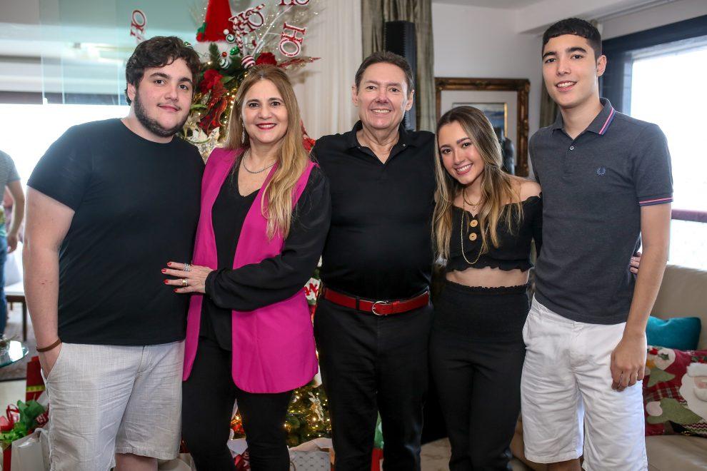 Morgana e Ivens Dias Branco Jr recebem a família Pimentel para celebrar o Natal