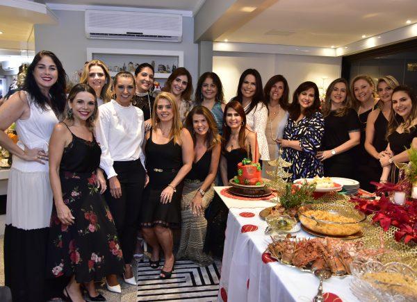 Martinha Assunção reúne amigas para confraternização de Natal
