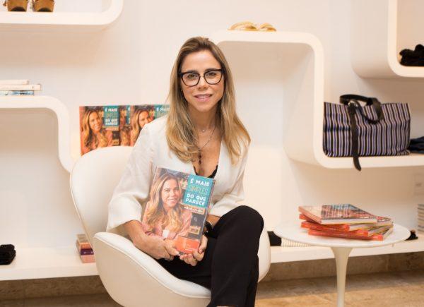 De volta a sua terra natal, Recife, Mirella Freire lança livro na loja Dona Santa