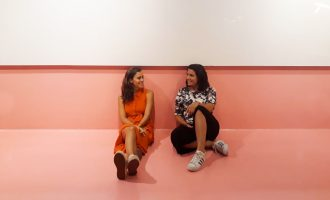 Bárbara Gonçalves e Juliana Alencar, da Casa 2640, assinam o projeto do Senac RioMar Fortaleza; play