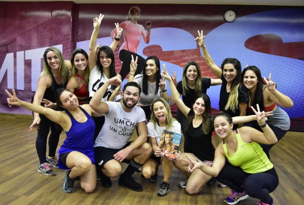 Mirella Freire coloca todo mundo pra dançar durante lançamento do seu livro