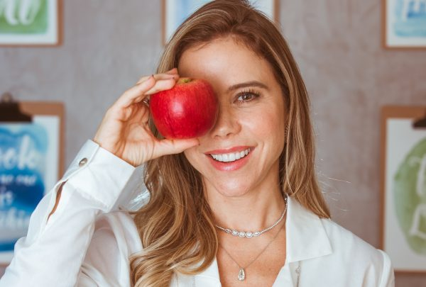 Nutricionista Mirella Freire surge em página especial da Revista Vogue Brasil; confira