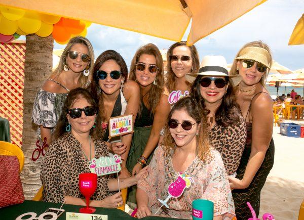 No clima do verão, Ana Vládia Sales ganha festa surpresa na Praia do Futuro