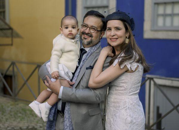 Márcio e Manoela Crisóstomo batizam Enzo na cidade do Porto
