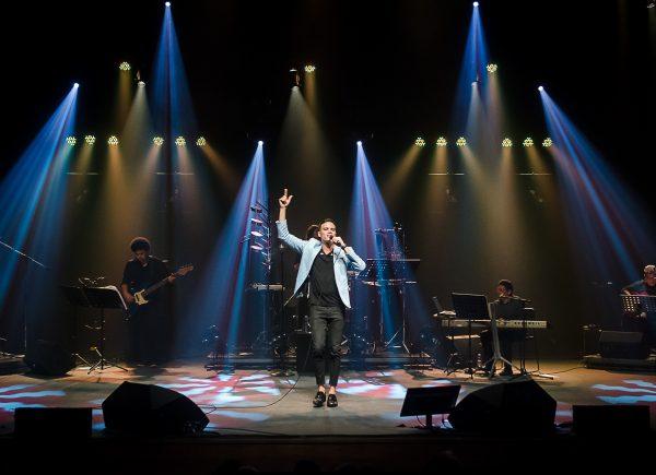 Marcos Lessa esgota ingressos do Teatro RioMar Fortaleza em tributo a Emílio Santiago