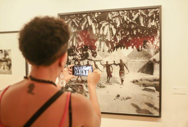 Orixás: um passeio, em vídeo, pela exposição de Pierre Verger no Museu da Fotografia de Fortaleza