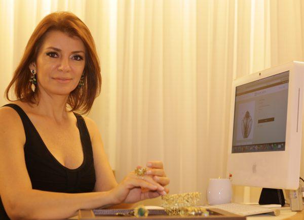 Suzane Farias relembra sua trajetória como designer de joias; confira entrevista na íntegra