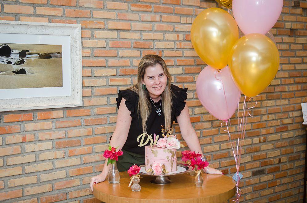 Adriana Loureiro ganha aniversário surpresa organizado pela família e amigas