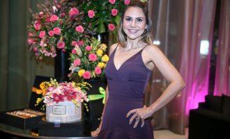 Adriana Queiroz celebra aniversário rodeada de amigas no Coco Bambu por Toca