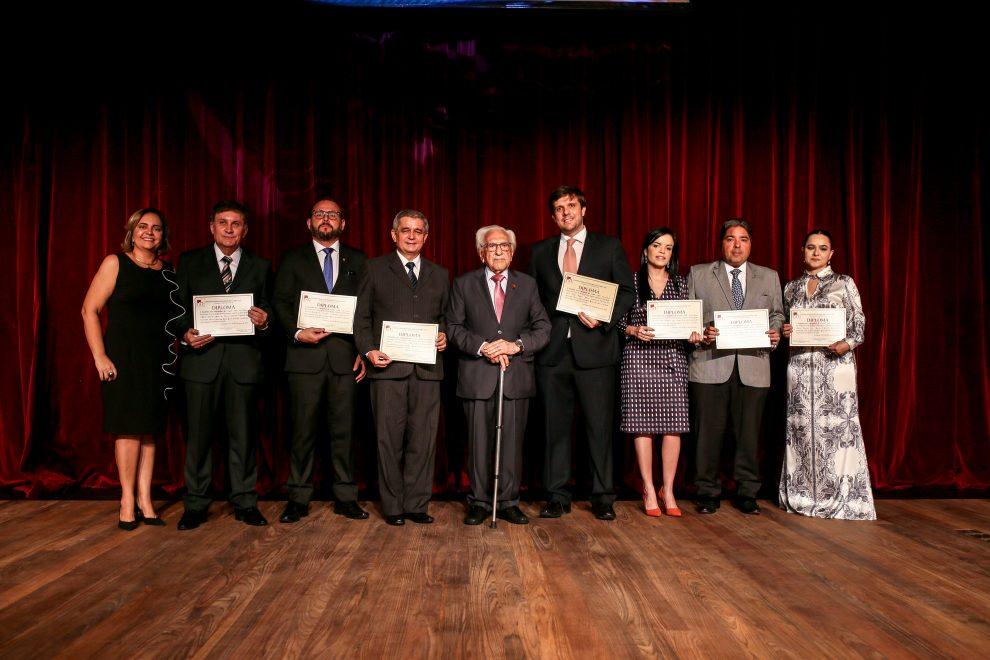 IAC empossa novos associados com solenidade e apresentação de espetáculo sobre Rachel de Queiroz