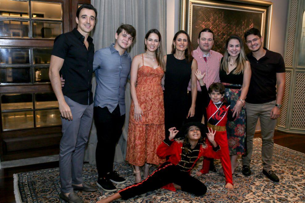 Otávio Queiroz recebe a família em jantar intimista