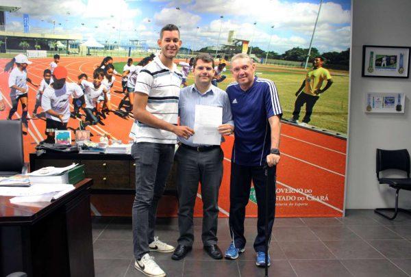 Sejuv entrega passagens aéreas a atletas cearenses