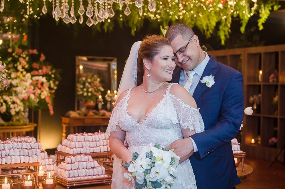 Rayssa Thomaz e André Knust trocam alianças em cerimônia na Igreja do Líbano