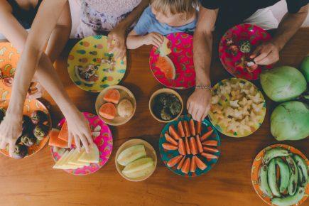 Nutri Amanda Carmo e as mamães Alyne do Vale e Giuliana Botelho contam como reeducar a alimentação das crianças após as férias
