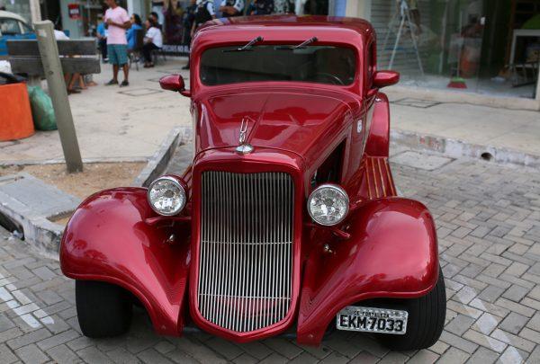 Prefeitura promove exposição de carros antigos na Praia de Iracema