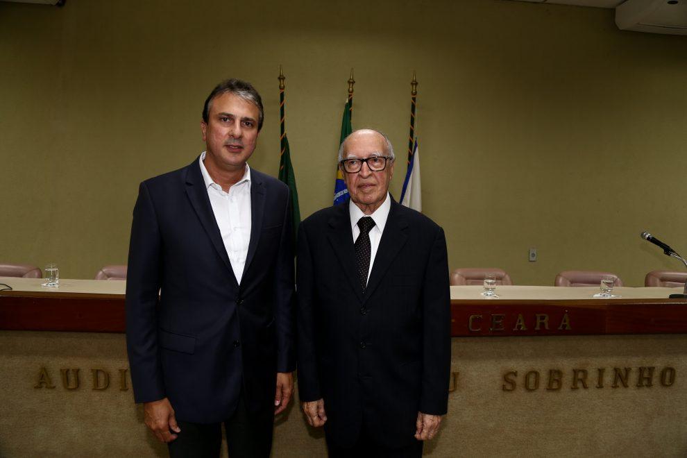 Instituto do Ceará empossa diretoria e outorga o título de sócio benemérito ao governador Camilo Santana